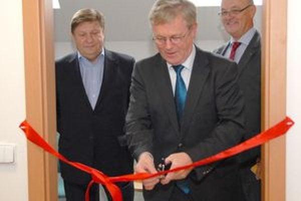 Veľvyslanec Hartmann. S predsedom KSK Z. Trebuľom (vľavo) a J. Banským otváral ich konzulát.