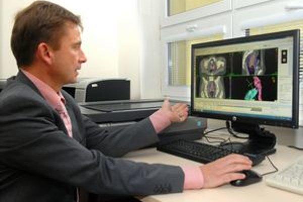 Primár Dubinský ukazuje, ako softvér vypočíta presné dávky žiarenia.