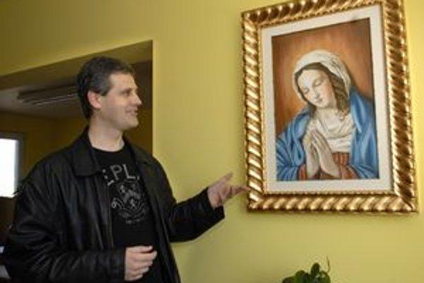 Kaplnka. Kaplán Gábor pri obraze madony-osobného daru pápeža Benedikta XVI.