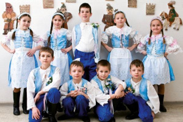 Zhora zľava: Klárka (8), Terezka (8), Samuel (10), Natália (9), Katka (6)Dole zľava: Jakub (10), Danko (7), Tomáš (7), Samko (7)