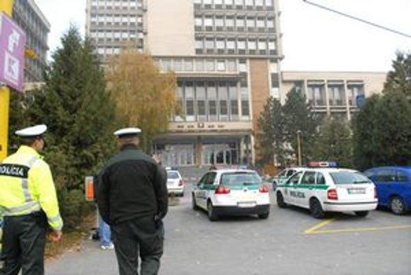 Vlani museli súdy evakuovať dvakrát za jeden deň.