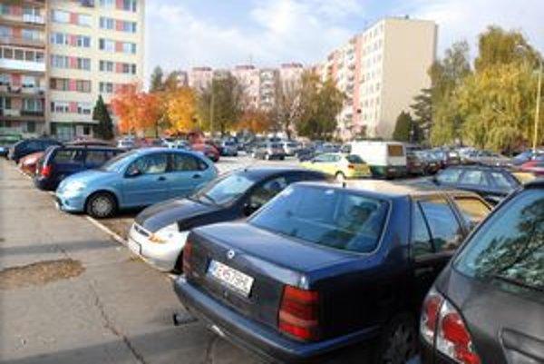 Nové miesta. 40–tisícová Terasa má dnes asi 9-tisíc parkovacích miest. Chýbajú ďalšie tisíce.