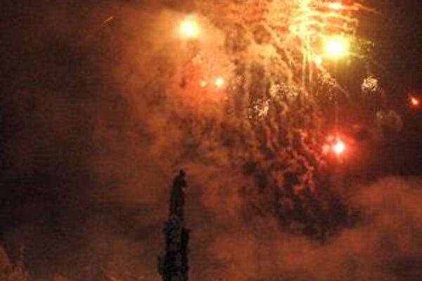 Novoročný ohňostroj. Viac ako tisíc svetelných pyrotechnických efektov rozjasnilo centrum na zhruba 4 minúty.