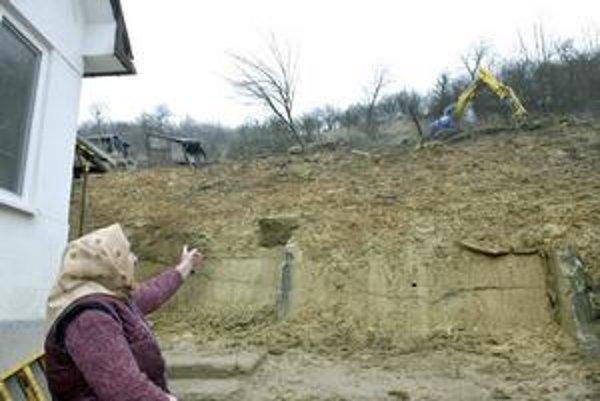 Terénne úpravy. Pavúk dnes zrovnával praskliny aj nad domom Margity Berezňákovej.