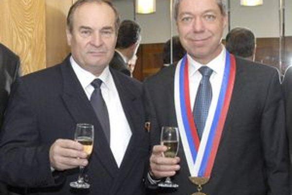 Kauzu uzavreli. Starosta Bauer (vpravo) sa so svojím predchodcom Mutafovom dohodol.