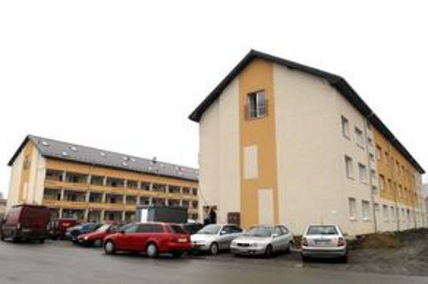 Zrekonštruovaná nájomná bytovka. Už rok je v nej 12 bytov prázdnych, mesto ich ponúka mladým rodinám.