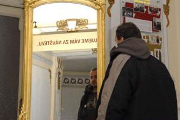 Zreštaurované zrkadlo. Barokový skvost nájdete vo Východoslovenskom múzeu.