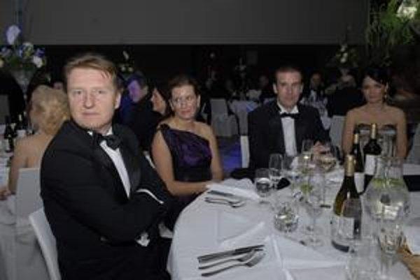 Koch (vľavo) a Lazár na plese Hiltonu 2010. Štátna TEKO dala na súkromnú nóbl akciu 10-tisíc eur.
