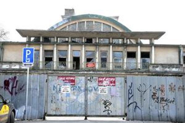 Vzácna budova. K jej statickým poruchám došlo po odklonení Hornádu z pôvodného koryta na Štefánikovej.