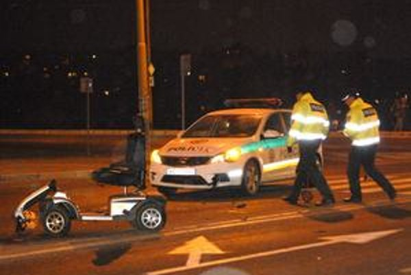 Vozičkárku zrazili policajti na priechode.