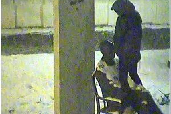 Mladý nespratník sa vymočil na sochu. Prichytili ho mestské policajti.