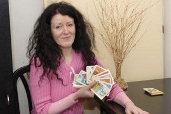 Veštica Eva Lipenská klienta nechá, aby si vytiahol päť kariet.