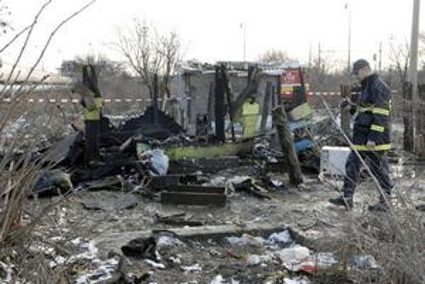 Časté požiare. V chatrčiach uhoreli dve bábätká. Sociálni pracovníci pred časom už niekoľko detí rodičom odobrali. Časovaná bomba však tiká naďalej...