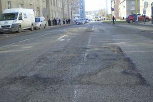 Takéto úseky s výtlkami číhajú na vodičov na Letnej ulici.