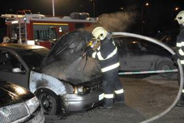 Nepojazdný Golf. Plamene zničili majiteľke celý motor.