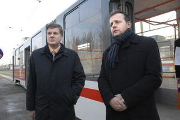 Exvedenie Dopravného podniku Michal Tkáč z KDH (vľavo) a Igor Jutka (SDKÚ) obvinenia viceprimátora Lazára (Smer) odmietajú. Tvrdia, že všetky platy aj odmeny boli v súlade s kolektívnou zmluvou a odmeňovacím poriadkom.
