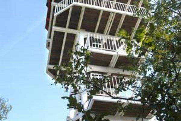 Vyhliadková veža. Ponúkne pohľady na vysvietené mesto.