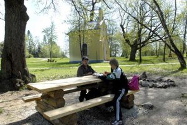 Jarné posedenie. Príjemne sa oddychuje v lesoch v okolí Košíc, ak vandali nezničia lavičky.