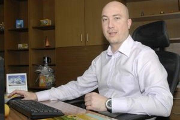 Najmladší zástupca šéfa radnice Branislav Valovič vyštudoval manažment verejnej správy. Je slobodný, bezdetný, býva v dome v Šaci.