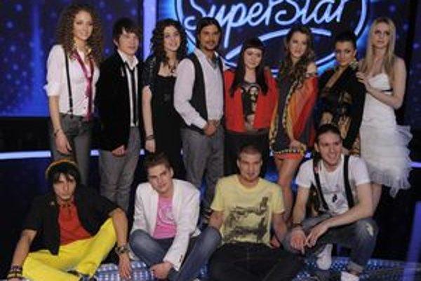 Na spoločnej fotke finálovej dvanástky stojí Simona vľavo ako prvá, Lukáš sedí dole druhý sprava.