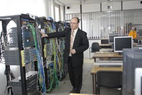Nové laboratórium. Jeho šéf Peter Feciľák ukazuje špičkové vybavenie