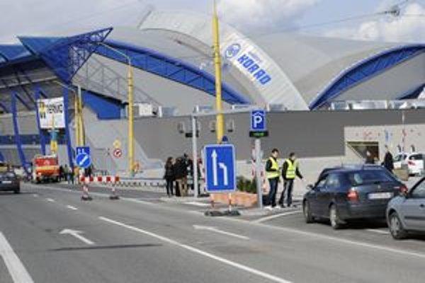 Cesta pri Steel Aréne. V stredu sa cez Štúrovu dalo prejsť, ale počas zápasov tam smerom od Moldavskej i od Kuzmányho pustia len MHD, rezidentov a vodičov (s lístkom na zápas) grátis do parkovacieho domu.