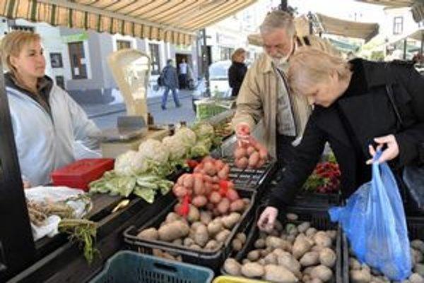 Drahé zemiaky. Ich cena rastie. Ľudia ich kupujú, veď pre Slovač sú druhým chlebom.