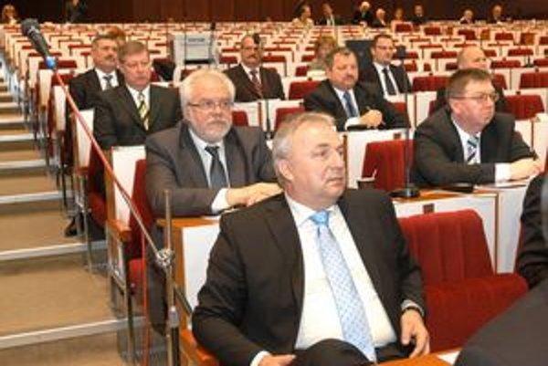 Martin Pado. Poslanec SDKÚ (vpredu) nedôveruje finančným zdrojom Vranovskej investičnej a ani jej možnému spojenectvu s Pentou.