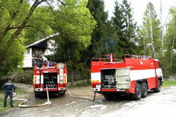 Hasenie. Strecha našťastie nevzbĺkla, hasiči uchránili objekt za 200-tisíc eur.