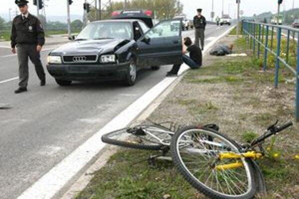 Tragická nehoda. Poliak išiel na zelenú, ale strašne rýchlo - až stovkou. Chodec na priechode nemal šancu.