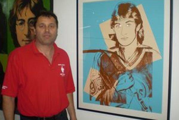 M. Mihaľ pri Warholovom obraze W. Gretzkeho.