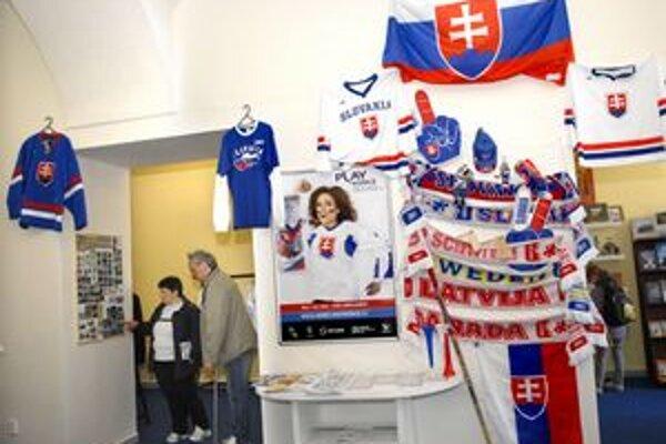 Návštevnícke centrum. Hokejové dresy, či šály idú na dračku.