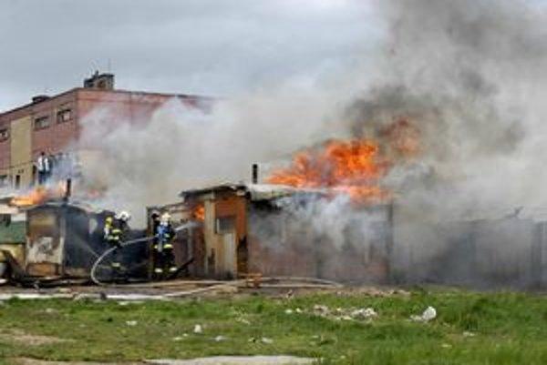 Požiar v osade Demeter. Hasičom sťažoval prácu silný sobotňajší vietor.
