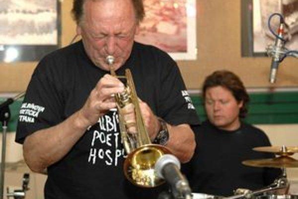 Laco Déczi. Aj keď už má džezový trubkár vyše 70 rokov, dodnes sa živí hudbou a je vyhľadávaným hráčom, ktorý už účinkoval s rôznymi špičkovými džezmenmi.