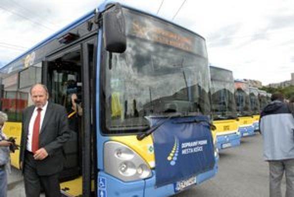 František Knapík (KDH) a nové autobusy. Bývalý primátor čelí obvineniam magistrátu pre odmenu externému poradcovi, ktorý pomáhal pri ich výbere.