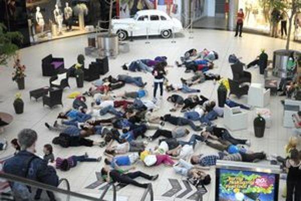 Flashmob. Fingovaná prestrelka vlani v Optime - príklad umenia vo verejnom priestore.