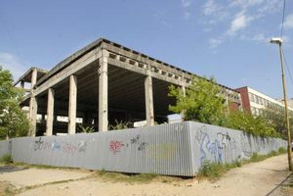 Skelet. Rozostavanú plaváreň chce mestská časť kúpiť a zbúrať.