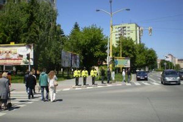Na rohu Vojenskej a Kuzmányho ulice stoja tri makety.