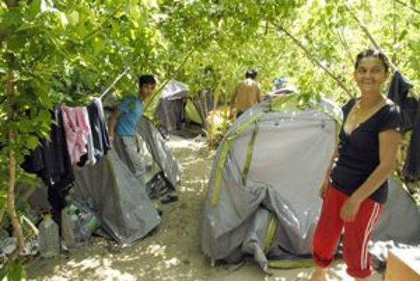 Stanová osada. Kým je teplo, Rómovia sa tešia akoby boli v tábore.