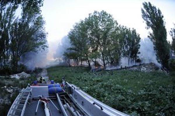 Požiar v bývalej ošipárni hasilo 5 cisterien a ďalšie sprievodné vozy.
