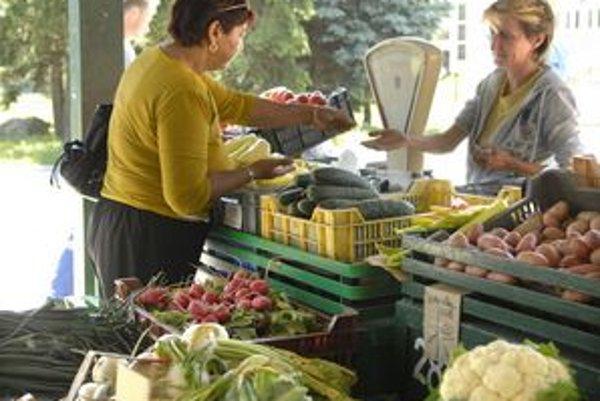 Trhovisko. Predavačky sa na nezáujem nesťažujú, musia však vysvetľovať, že ich uhorky sú z Maďarska.