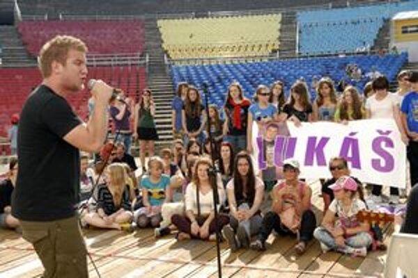 Vlastné piesne. Lukáš so svojou kapelou odspieval svoje pesničky. Povzbudiť ho prišli najmä dievčatá.