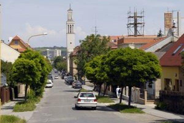 Ulica Milosrdenstva na Juhu. Má byť južnou hranicou spoplatnenia a modrou zónou, kde by parkovali len rezidenti s kartou.
