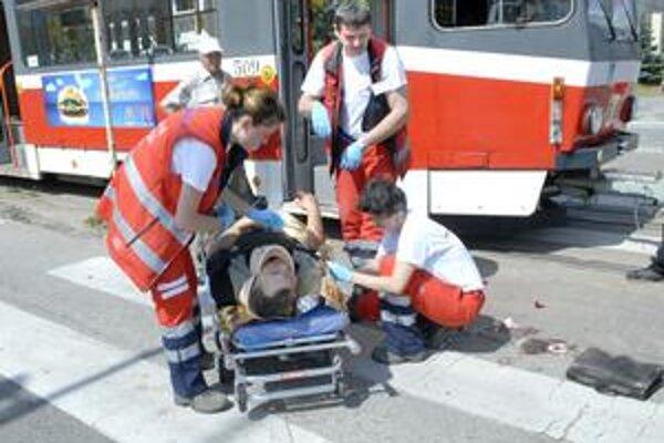 Po zrážke. Muž utrpel zranenia, previezli ho do nemocnice.