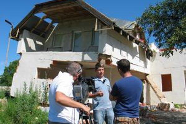 Zosuv svahu poškodil v obci vyše 40 domov, podľa statikov 25 budú musieť zbúrať.