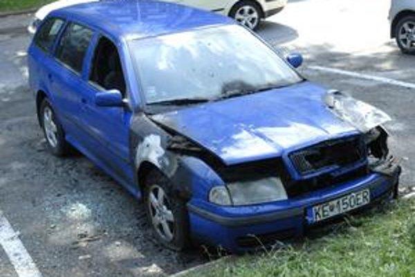 Zhorené auto. Jeho majiteľ v oznámení na polícii uviedol konkrétne mená. V minulosti s podnetmi na tieto osoby neuspel.