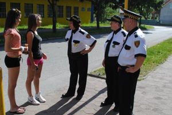 Miestna stráž v akcii. Medzi jej členmi sú štyri ženy. Najmladšia má 18 rokov, najstaršia 63.