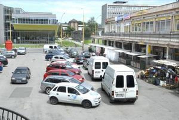 Špeciálne karty. Pre tri parkoviská na Festivalovom námestí, pri Jumbo centre a pri OC Merkúr vydá SMMK od augusta špeciálne parkovacie karty.