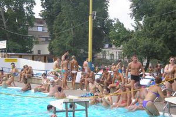 Idylka. V sobotu bolo okolie bazéna na mestskej plavárni plné