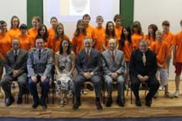 Účastníci detskej univerzity s profesorským zborom.